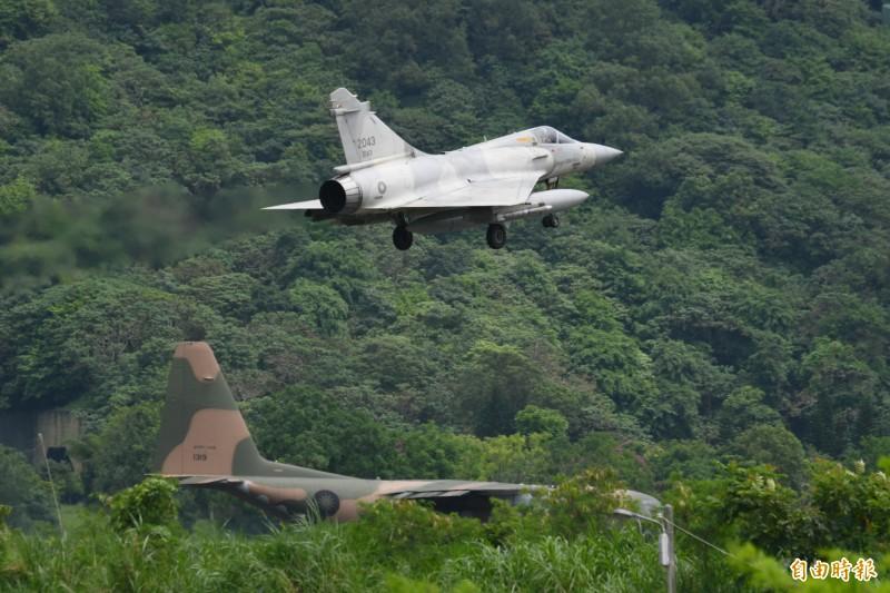幻象2000緊急降落佳山基地,C-130運輸機運送完物資後,在跑道頭等待起飛。(記者游太郎攝)
