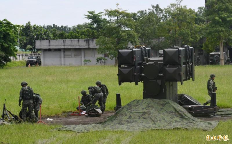 空軍各型對空飛彈進入陣地,保護各要塞及基地安全。(記者游太郎攝)