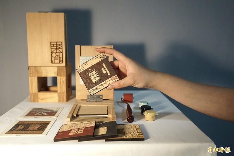 弘光科大學生以梧棲老街鐵窗花開發出「築跡」文創品,榮獲「A+創意季」設計競賽肯定。(記者歐素美攝)