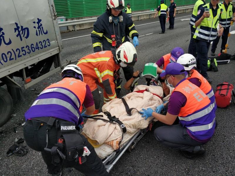 消防人員將受困在貨車上的陳姓男子救出。(記者魏瑾筠翻攝)