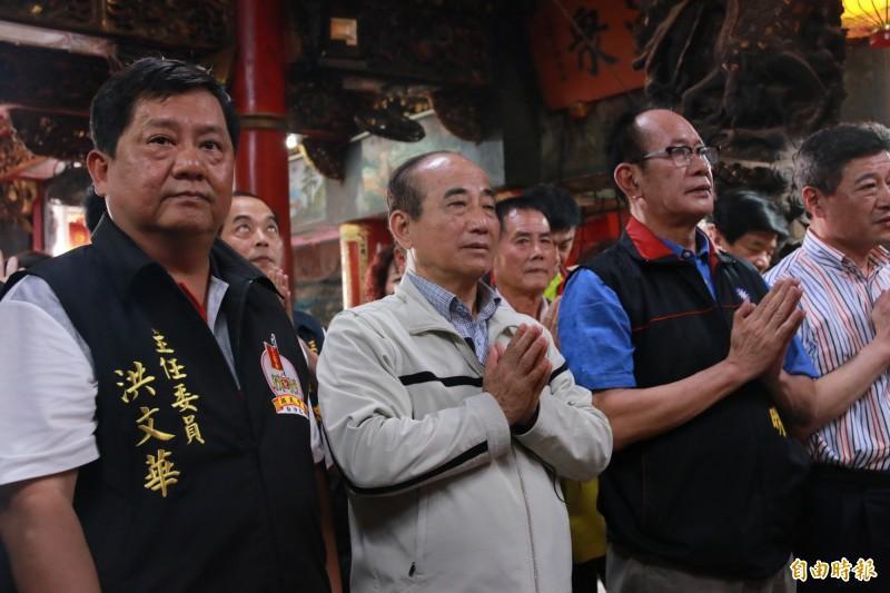 將投入國民黨總統初選的立委王金平(左二)今下午至白沙屯拱天宮參拜。(記者鄭名翔攝)