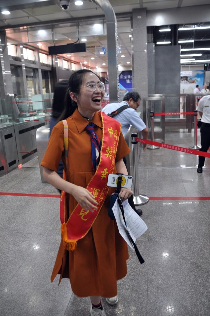 來自中國廈門的楊小姐得知自己成了幸運的中獎人,一直到被掛上紅綵帶,臉上仍露出不敢置信的樣子。(圖由金門縣港務處提供)