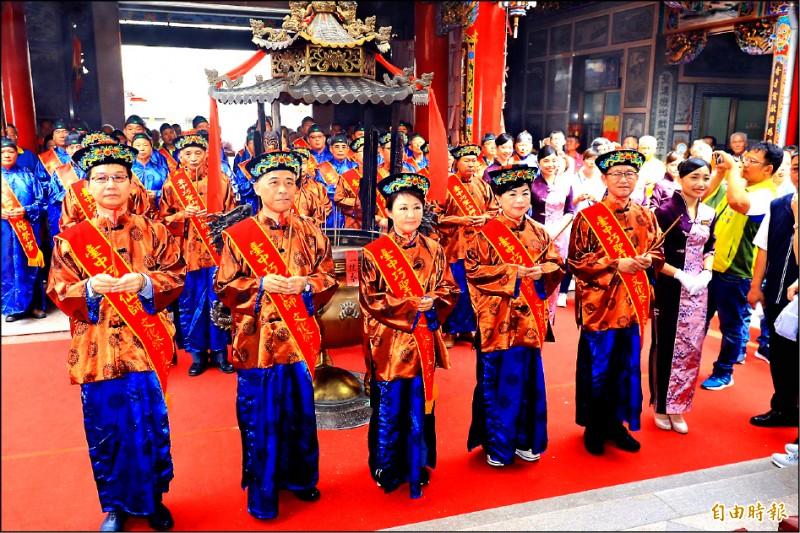 巧聖仙師2526週年誕辰祭典,台中市長盧秀燕(左三)出席擔任初獻禮總主祭官。(記者歐素美攝)