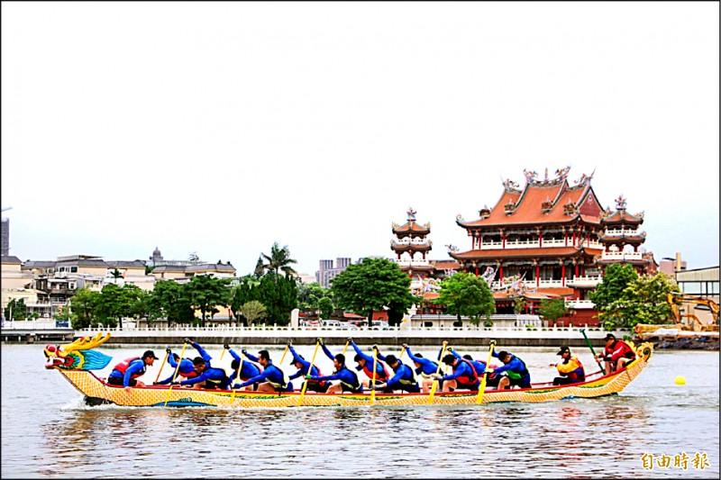 今年市長盃龍舟賽149隊力拚龍王寶座,參賽隊伍陸續下水練習。(記者李容萍攝)