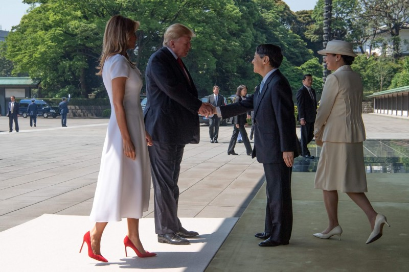 美國總統川普和日本新天皇德仁見面僅握手寒暄,並無鞠躬。(法新社)