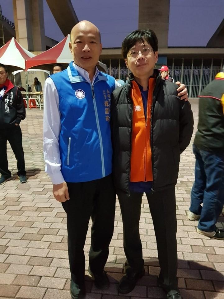 黃士福和高雄市長韓國瑜合照。(圖擷取自黃士福寶島鳳荔酥臉書)