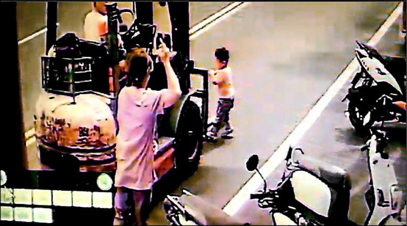 李姓男童衝進馬路後,在堆高機右前側被輾過。(資料照,記者周敏鴻翻攝)