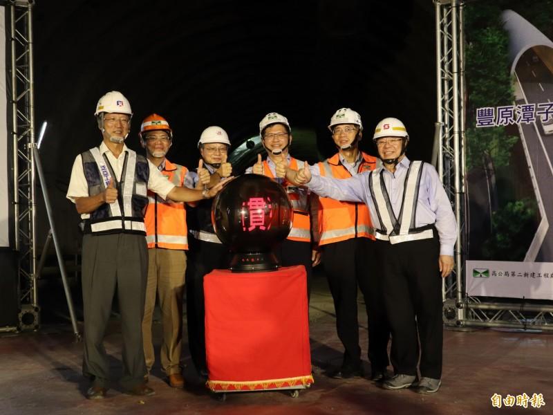 交通部長林佳龍(右三)出席國道四號豐段豐原2號西行隧道貫通典禮。(記者歐素美攝)