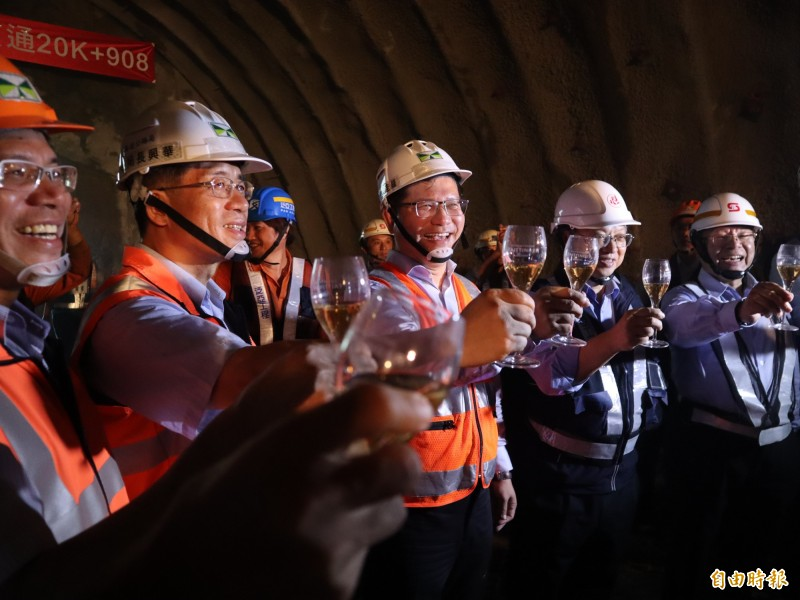 國道四號豐段豐原2號西行隧道貫通,交通部長林佳龍與工程人員高舉香檳慶祝。(記者歐素美攝)