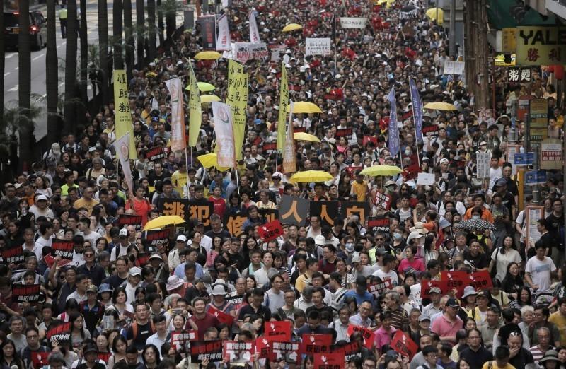 香港人權團體上月28日發起「反送中」遊行,號召港人上街反對政府修訂《逃犯條例》,主辦方表示有13萬人響應活動。(美聯社)