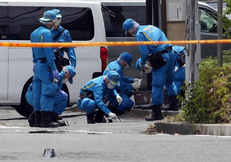 日本神奈川縣川崎市今(28日)發生隨機殺人案,釀成2死16傷,兇嫌也自盡身亡,目擊者透露現場已成為一片血海。(法新社)