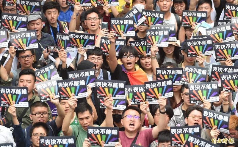 立法院17日數以萬計的支持者在院外呼口號等待,終於表決通過同婚專法,24日同性結婚登記上路,成為亞洲第一個同婚合法的國家;卻傳出中國「好奇新日報」疑似因為這篇報導,突然宣告網站和APP將「停止更新」3個月。(資料照,記者劉信德攝)