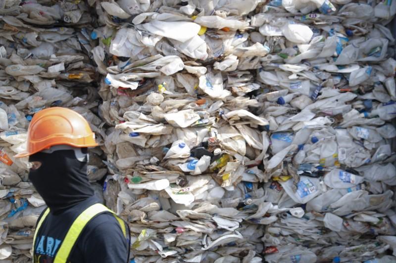 馬來西亞將非法進口的塑膠廢棄物運回原產國。(美聯社)