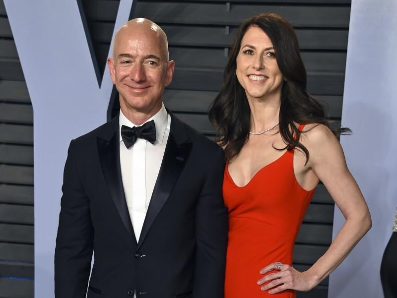 亞馬遜創辦人貝佐斯(左)的前妻麥謹思(右),上月與全球首富前夫達成離婚協議,她承諾會將至少一半財產捐給慈善機構。(美聯社)