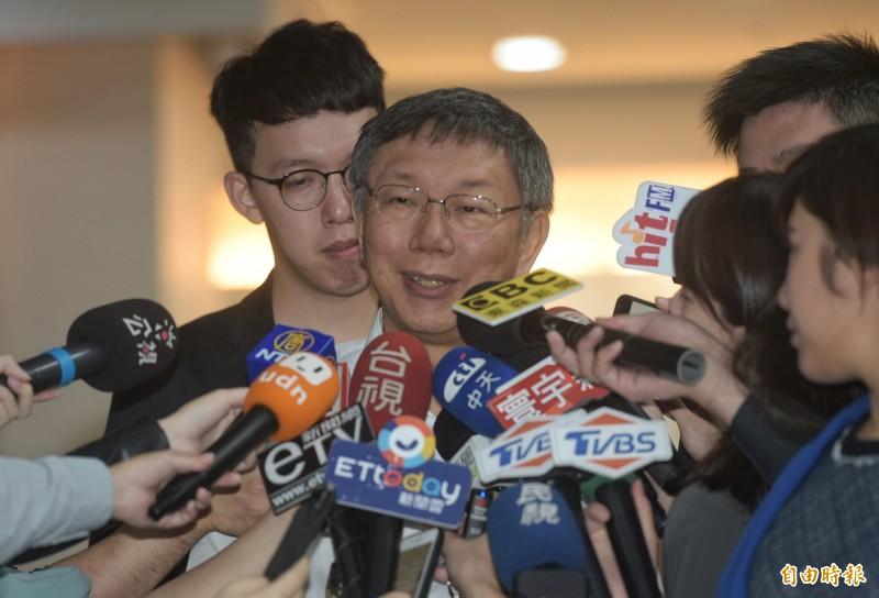 台北市長柯文哲28日在市府受訪。(記者張嘉明攝)
