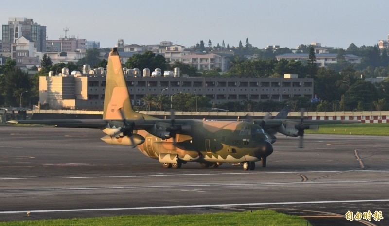 「漢光35號」演習第二天,空軍除於中山高彰化戰備道實施各型戰機起降演練外,國軍唯一的C-130HE電戰機,又稱「天干機」,清晨5時30分,率領包括自空軍花蓮基地起飛的F-16、佳山起飛的幻象2000、IDF等近20架各型戰機,拂曉出擊全力捍衛東部領空。(記者游太郎攝)