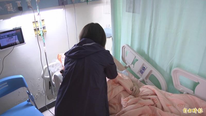 媽媽在病床前照顧兒子的傷勢,擔心腦部出血變化。(記者張聰秋攝)