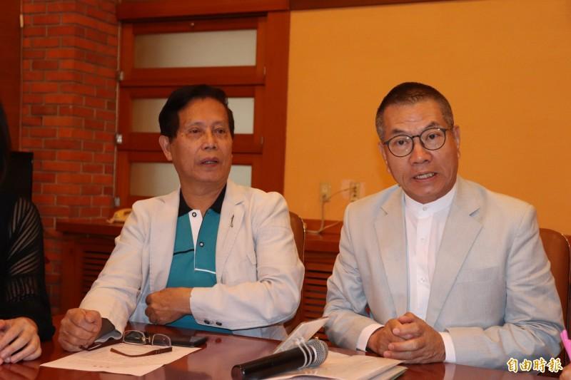 議員陳文昌(右)更指出,還債不是那任縣長的功勞,事本來就該做的事。(記者林敬倫攝)