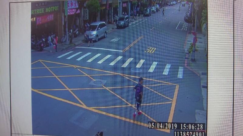 警方經調閱監視器,鎖定蘇男行蹤。(記者陳薏云翻攝)