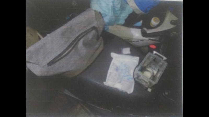 警方在許男機車置物箱中找到4大1小包「冰糖」。(記者王捷翻攝)