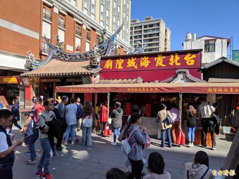 台北霞海城隍廟提及2017年初有對同性伴侶到廟裡祈福,表示「眾神面前,愛無差別」。(資料照)