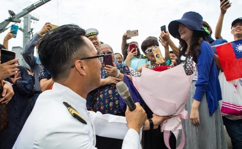 海軍敦睦遠航訓練支隊的郭少校甚至單膝下跪,當著千名觀眾的面向女友求婚。(圖擷自青年日報)