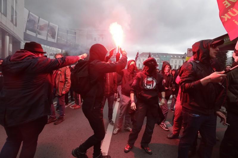 28日比利時布魯塞爾的歐洲議會前,群眾抗議民粹主義極右翼政黨的崛起。(歐新社)