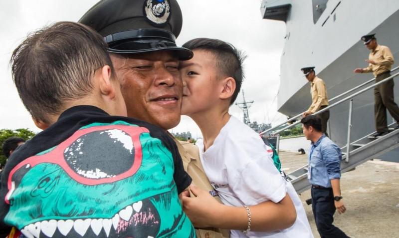 家屬在岸邊熱烈迎接海軍敦睦遠航訓練支隊的官兵。(圖擷自青年日報)