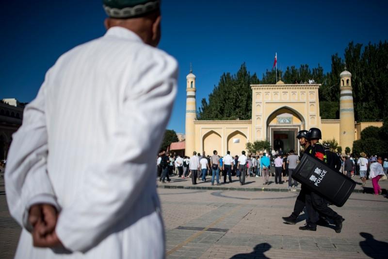 居住在中國山西省的維吾爾族婦女表示,她的丈夫因不菸不酒,在2016年4月回到新疆老家時,竟被當局抓捕,送到再教育營。圖非當事人。(法新社)