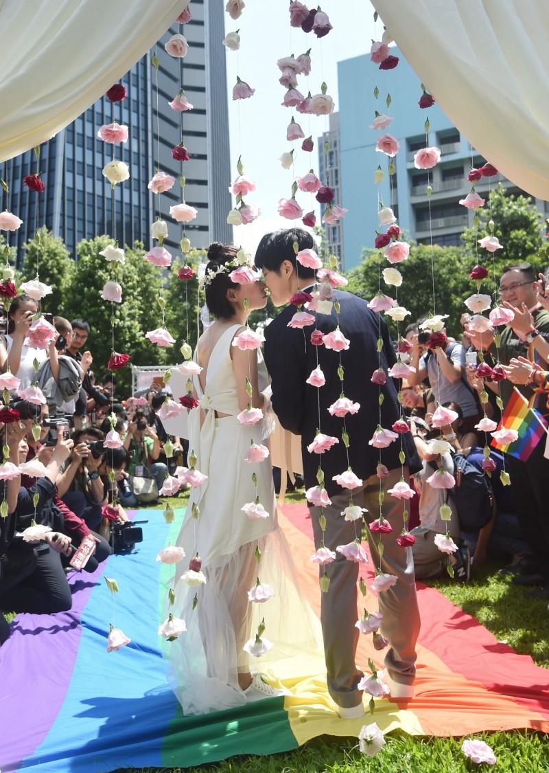 海基會證實,目前已有2起中國同志申請單身證明案例,以作為來台結婚登記之用。圖中為同婚登記首日,台北市政府舉行「幸福起跑 邁向彩色未來」活動。(資料照,記者方賓照攝)