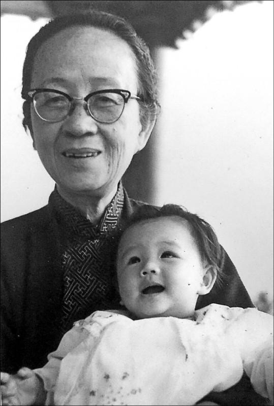 南台灣首位女性赴日學習婦產專科醫學的顏柯明点。 (文化局提供)