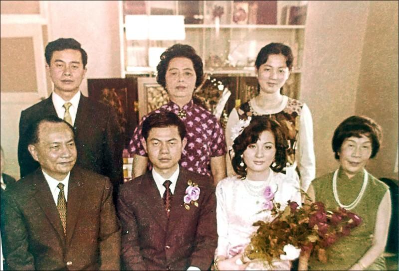 台灣首位本土女高音林秋錦(前排右一)。 (文化局提供)