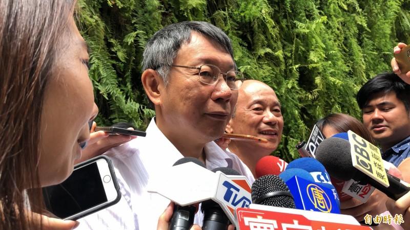 韓粉夜宿凱道是否強制驅離?台北市長柯文哲(左二)強調依法行政。(記者魏瑾筠攝)