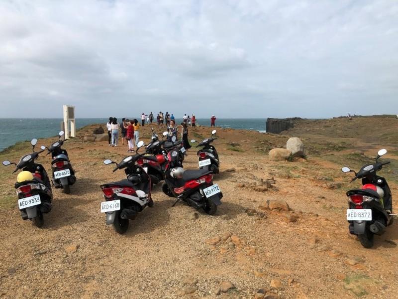 遊客為了自己方便,隨便將機車騎上鯨魚洞步道區。(民眾提供)