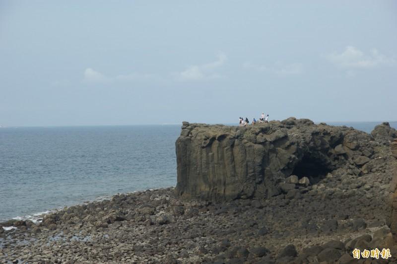 鯨魚洞為西嶼小門特殊地形,每年觀光旺季都吸引許多遊客前往。(記者劉禹慶攝)