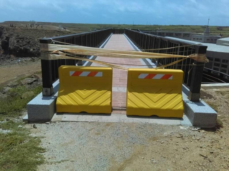 小門鯨魚洞人行步道區,也加裝路擋阻止車輛進出。(澎管處提供)