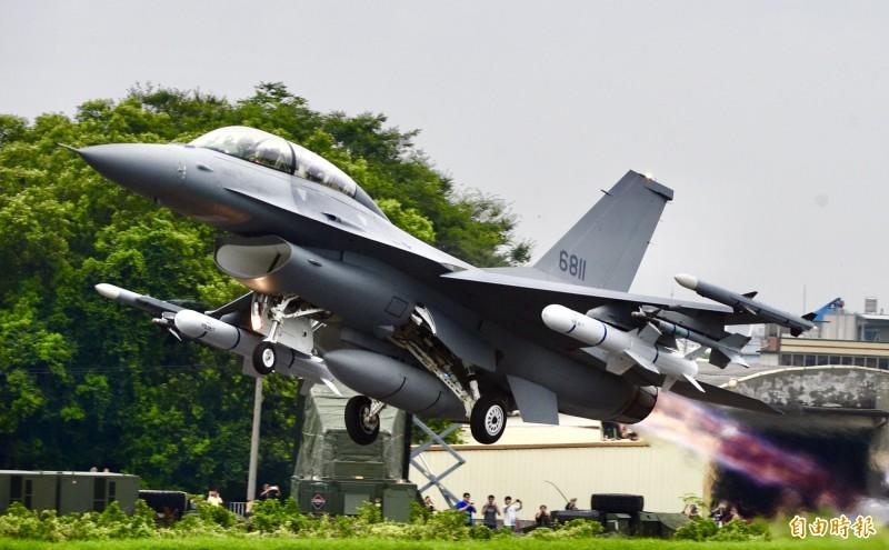 漢光35號國道彰化戰備道戰機起降演練,首次公開亮相的F-16V型戰機順利於戰備道起飛。(資料照)