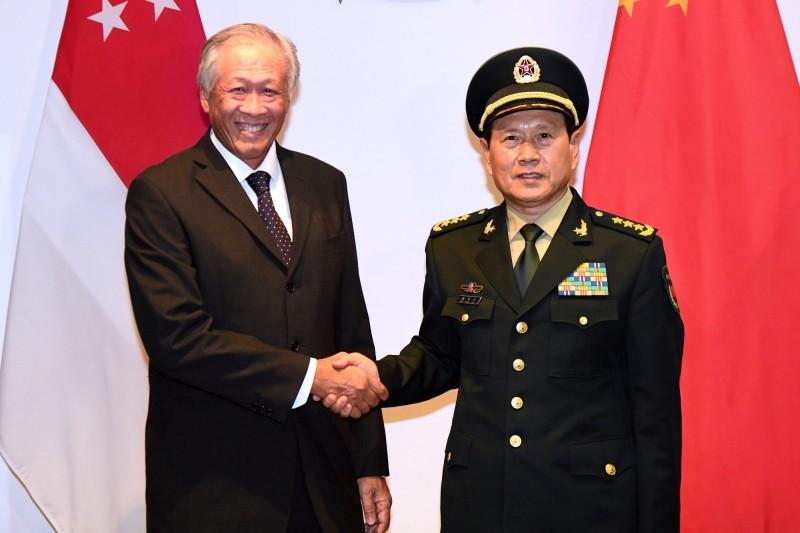 中國國防部長魏鳳和(右)出訪新加坡,將登上新加坡海軍的2艘軍艦。(法新社)