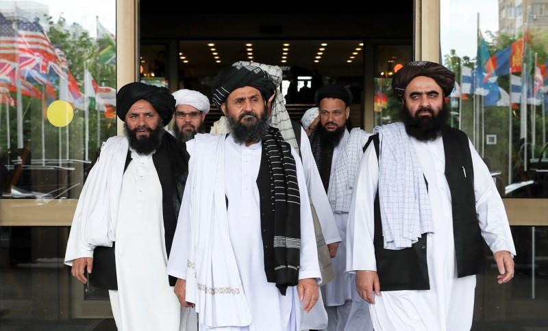 激進組織塔利班代表團由首席談判代表阿胡恩(Mullah Baradar Akhund)(中)領銜,今日與阿富汗數名資深官員所組代表團,在莫斯科展開和平協商。(路透)