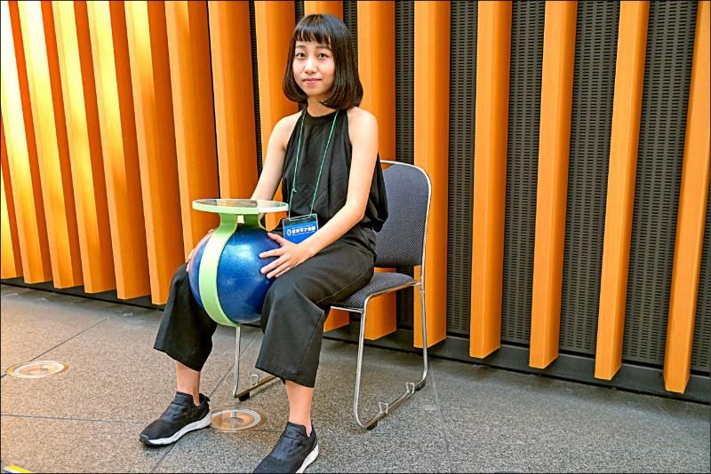 中華大學團隊發明「腳夾訓練球」,改善老年人肌肉退化、平衡感不好的問題,獲得一金、一特別獎。 (中華創新發明學會提供)
