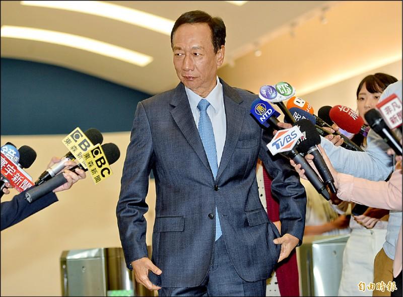 鴻海董事長郭台銘昨日接受電視節目專訪,在媒體聯訪時,向國民黨中央喊話要納入手機民調。(記者張嘉明攝)