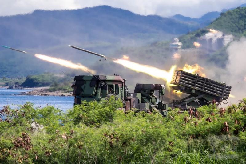 軍方漢光演習雷霆兩千多管火箭進行實彈射擊,軍方官員透露,雷霆兩千多管火箭已前進部署到外島防區。(圖:軍聞社提供)。