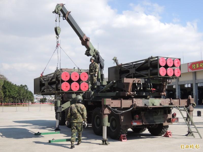 本島火箭營官兵進行雷霆兩千多管火箭的彈箱吊掛演練。(記者羅添斌攝)