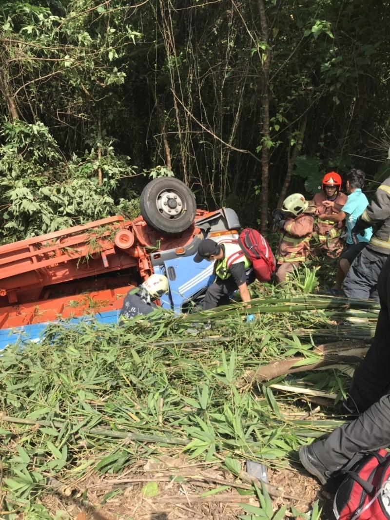 貨車疑因煞車失靈,衝破護欄摔下深20公尺的山坡。(記者王宣晴翻攝)
