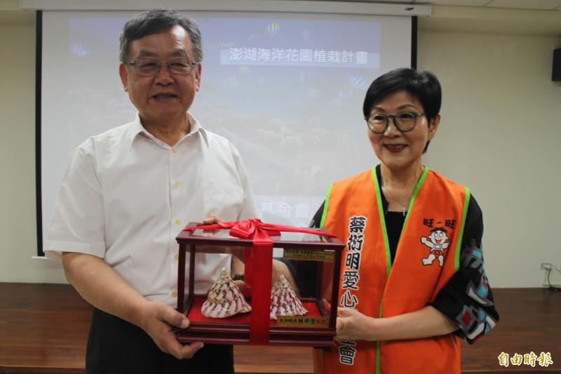 澎湖縣長賴峰偉頒獎給捐款基金會,由胡雪珠代表接受。(記者劉禹慶攝)