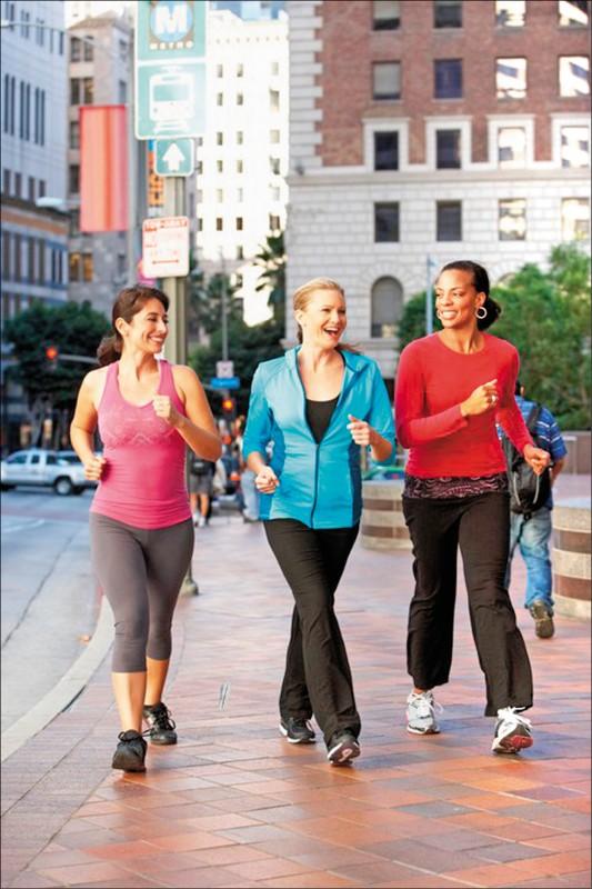 藉由走路養生,深受女性和銀髮族歡迎。最新研究顯示,女性每天走約四四○○步,死亡率就會比走約二七○○步者減少四十一%。(取自網路)