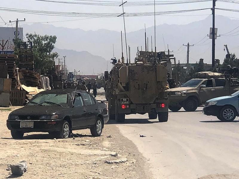 塔利班代表團昨日才與阿富汗數名官員進行和平談判,今日卻犯案炸毀美軍車輛,這已是喀布爾連續2日遭恐攻。(法新社)