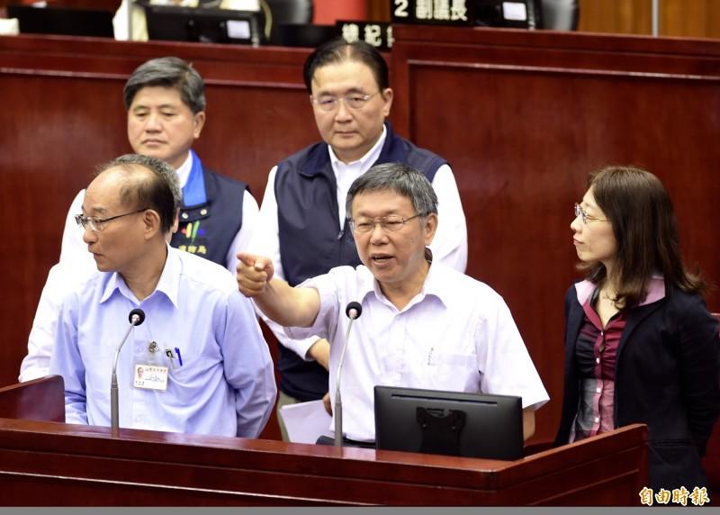 柯市府「喬蛋」錄音檔曝光事件讓柯文哲暴怒,台北市議員阮昭雄今下午在市政總質詢時,要求柯建立市府內部會議的錄音標準流程,柯文哲也允諾將會建立。(記者簡榮豐攝)