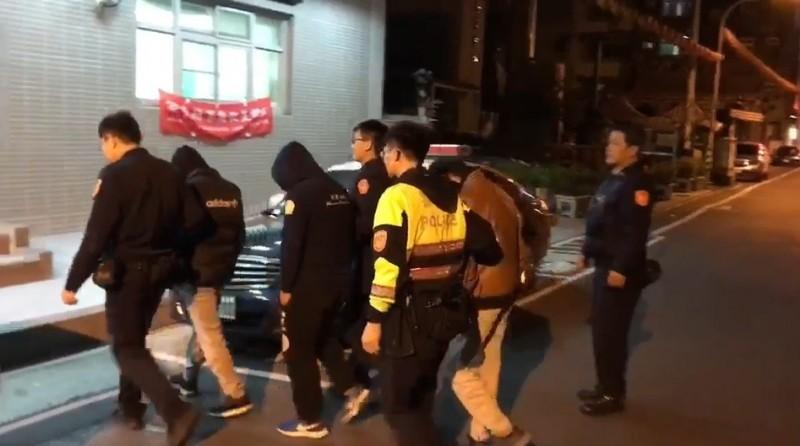 警方查獲涉嫌毆打少年的游姓男子等人到案。(記者周敏鴻翻攝)
