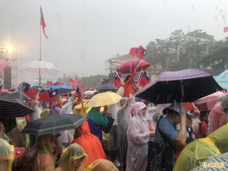 造勢現場下起暴雨,韓粉熱情不減。(記者陳昀攝)